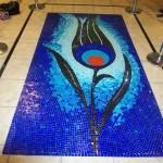 dekorasyonda lale motifli mavi mozaik